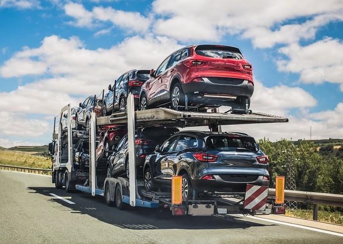 Autotransporter beladen mit Autos
