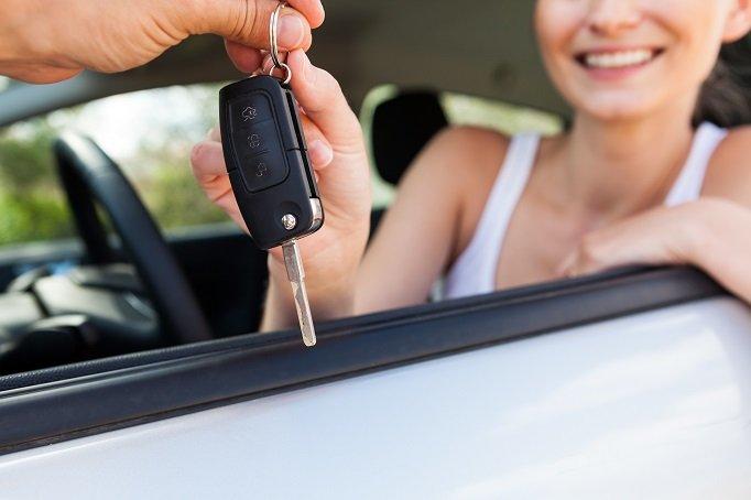 Schlüsselübergabe beim Autokauf